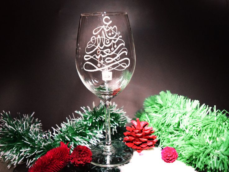 The exquisite عيد ميلاد مجيد - Eid Milad Majid Decorative large wine glass, is just the glamorous addition to your perfect Christmas! Perfect to celebrat with, and beautiful as decorative, unique display... can you just imagine all the amazed responses you are going to get, once your guests see the hand engraved glasses?  ** All my Hand engraved glasses are done by hand - my hand :) These glasses are enirely hand engraved using diamond burrs. ( No lazer, sand blasting nor any other…