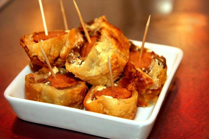 Kryddiga korvar i smördeg med färskost och svamp