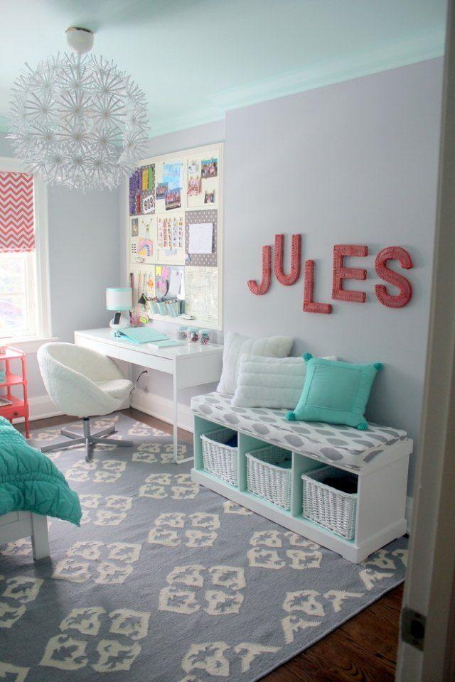 Graue Wände im Kinderzimmer-hell Farbakzente-türkisblaue Kissen und Bettdecke