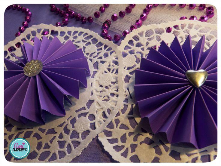 Abanicos circulares sobre blondas de papel, con apliques de botones (se pueden pegar o hacer dobles para colgar).