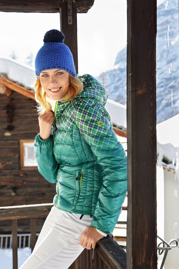 Cappelli dal mood inglese oppure con gli orsacchiotti, sciarpe trendy e piumini ultra-leggeri.Brekka interpreta le atmosfere invernali dei paesaggi nordici.http://www.sfilate.it/234804/dal-cappellino-piumino-stile-sportivo-brekka-sempre-avvolgente