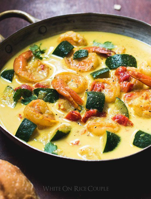 Avis aux amateurs de curry qui souhaitent garder la ligne avant d'affronter les fêtes de fin d'année… Vous allez ADORER cette recette de curry de courgettes et de crevettes au lait de... thai detox soup