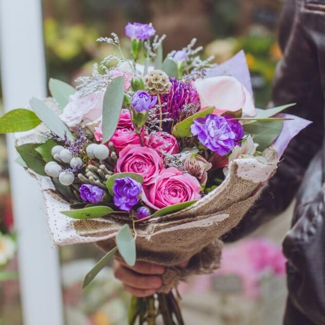 Букет из кустовых пионовидных роз, бруния, кустовых гводик, каллы, роз, скабиозы, эвкалипта и альстромерии