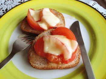 先程のハニーチーズトーストの応用編。 トマトとハチミツって意外と合うんです。  こちらはバゲットを使っていますが、トーストでもOK。 野菜を一緒に乗せてしまって、バランス朝食にしちゃいましょう。