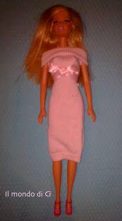 """Abiti """"da bambola"""" (Barbie come """"Pretty woman""""...) Ho cercato tra le calzine ormai piccole di mia figlia, con l'idea di sfruttare la dimensione del tubolare ideale per farne un abito per la bambola, e ne ho trovate un delizioso paio rosa, un po' vissute se vogliamo, ma perfette per la causa: è solo un primo esperimento. La lavorazione e la misura tra l'altro hanno permesso davvero una resa insperata"""
