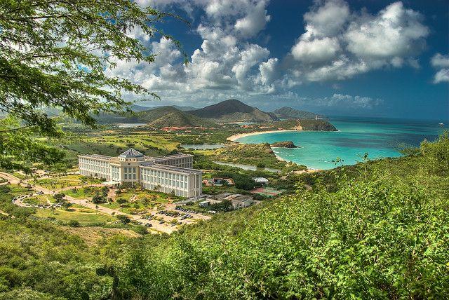 El hotel Hesperia Margarita en primer plano, Isla de Margarita, Estado Nueva Esparta, Venezuela