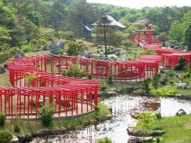 千本鳥居といえば、京都の伏見稲荷大社が有名ですよね。千本鳥居がある稲荷神社は全国にあります。東北~中国地方まで、全国の鳥居がたくさんある神社をご紹介します。