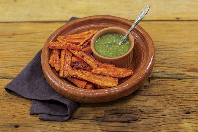 Já comeu cenoura assada? É facílimo de preparar! E fica melhor ainda com molho pesto tradicional!