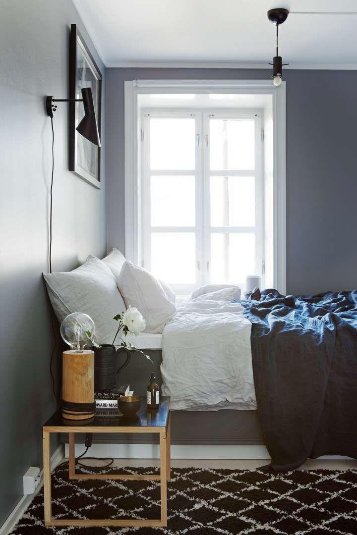 HOTELLFØLELSE: Ann-Kristin elsker hotellfølelsen på soverommet, og liker den mørke fargen Grå Skifer fra Jotun som er brukt på veggen. Herlig linsengetøy fra H&M Home og linteppe fra Eske tilfører et upretensiøst og mykt hint til rommet. Gulvteppet er fra Ellos. (FOTO: Inger Marie Grini)