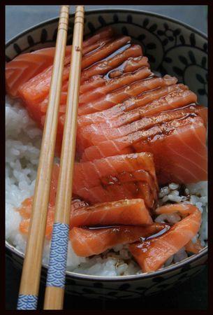 Saumon en sashimi et bol de riz japonais