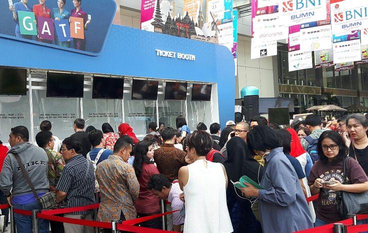 WinNetNews.com - Hari pertama Garuda Indonesia Travel Fair (GATF) 2017, Jumat (10/3/2017) membludak. Antrean pengunjung terlihat di tiket booth.Gelaran GATF 2017 phase I ini berlangsung serentak tanggal 10-12 Maret 2017 di 24 kota, salah satunya Jakarta. Untuk di Jakarta, GATF bertempat di Main Lobby,