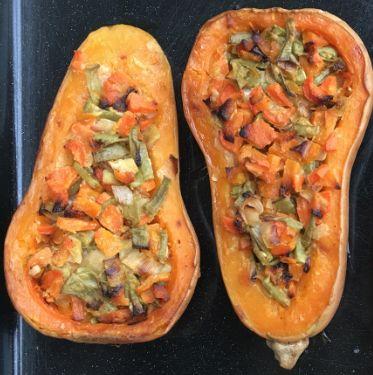 CALABAZA RELLENA http://www.soycomocomo.es/que-ceno/calabaza-rellena-de-verduras-y-levadura-nutricional/