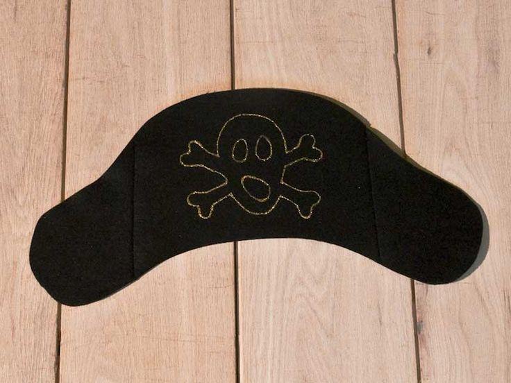 Cappello nero da pirata, in feltro con teschio disegnato sopra. Realizzato a mano da Tatadrama
