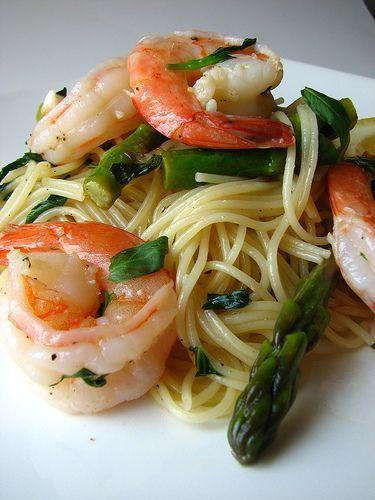 La pasta con asparagi e gamberetti è un primo piatto buonissimo e sfizioso, adatto proprio in questi giorni di primavera in cui abbiamo gli asparagi freschi. Nella nostra ricetta noi useremo gli spaghetti semplici ma potete sostutuirli con altri formati di pasta.