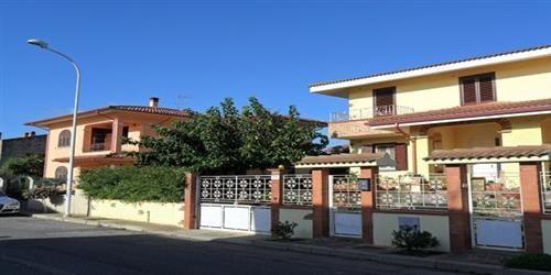 Vendesi elegante villa in bifamiliare a Tanca Marchese inserita in contesto signorile e privato, nelle vicinanze delle spiagge di Marceddì e Torre Dei Corsari. Disposta su tre livelli. CONTATTACI PER MAGGIORI DETTAGLI