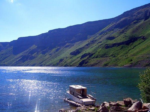 Van Gölü'nde günbatımı  Van kültürel birikimi ve doğal güzellikleri, yöresel dokusuyla Anadolu'nun motiflerini yaşatabilen bir kent. Türkiye'nin en büyük gölü bu ilimizde. Van Gölü üç de ada barındırıyor: Bu adalardan en meşhuru Akdamar