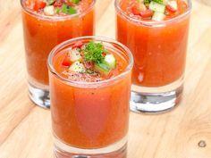 DONE. *Gaspacho (Andalousie)* : 6 tomates, 1/2 poivron rouge, 1 poivron jaune, 1 concombre, 1/2 gros oignon, 1 gousse d'ail, 2 cuillères à soupe de vinaigre balsamique à la figue, sel, poivre (ajouter selon les goûts, le piment et le basilique)