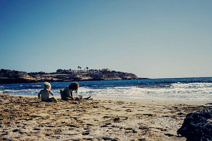 A menudo los hijos se nos parecen y así nos dan la primera satisfacción; ésos que se menean con nuestros gestos echando mano a cuanto hay a su alrededor. #tropoIbicenco #sun #childhood #landscapephotography #panorama #panoramic #panoramica #beach #sea #sky #vsco #vscogood #vscogrid #vscohub #vscocam #photooftheday #sony #sonyA7 #A7 #sonyCamera #sonyAlpha #ibiza #ibiza2017 #ibizalife #ibizalove #humonegrophoto #travel #trip #travelgram #instatrip…