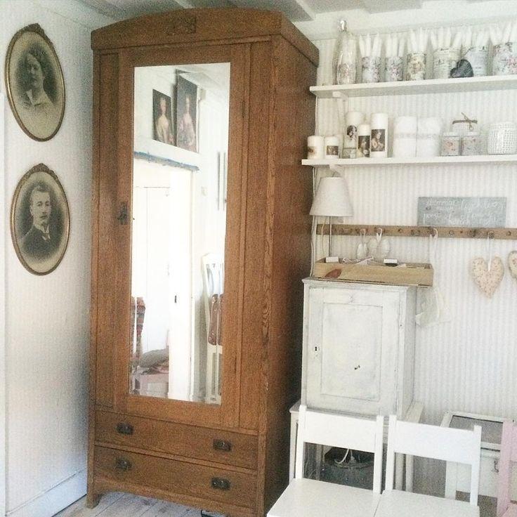 """Rosenhaxan on IG Ett gammalt linneskåp av märket """" äpplet"""" . Älskar såna möbler men får tyvärr inte plats med det här hemma. Så det är till salu på loppisen på torpet 24/10-25/10. Trevlig eftermiddag alla rara. #torpet #loppis #mycottage #linneskåp #oldhouse"""