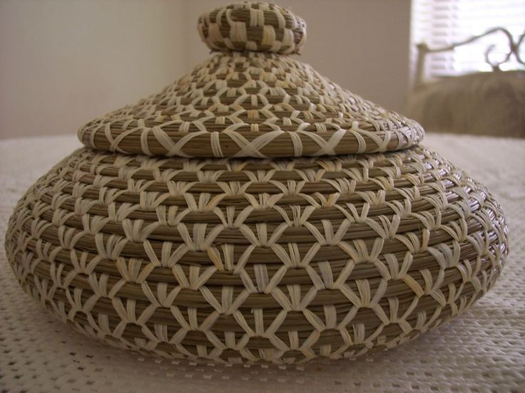 NEW Lidded FL Long Leaf RAFFIA COILED PINE NEEDLE BASKET, Extensive Stitching