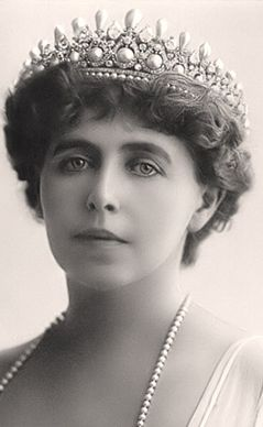 MASSIN TIARA of ELIZABETH OF WIED  This tiara was inherited by Marie of Romania. It was unfortunately lost together with the Romanian treasury in Moscow in 1917-1918 during the Bolshevik takeover. -