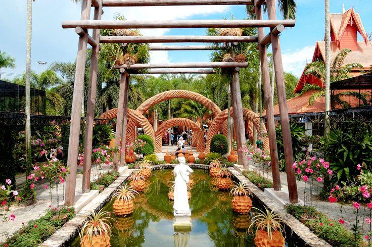 Nong Nooch Tropical Garden, devasa bir büyüklüğe sahip... Hem yetişkinlere hem de çocuklara hitap eden bahçe, Tayland'ın sanatsal ve kültürel özelliklerini, mimarisini, geleneksel dans, tiyatro, folklorik ve mizahsal becerilerini gösteren şovlarıyla bütünlüyor. Düşünsenize, ressam filler, etle beslenen balıklar, otomobil sergisi, dev örümcek heykeli, tropikal bitkiler, papağanlar ve dahası... Upuzun bir gün dahi bu peyzaj harikası bahçeyi gezip bitirmeye yetmeyecek, hazırlıklı olun. :)