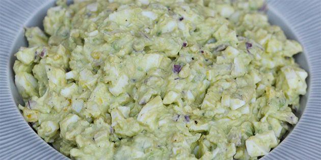 Lækker æggesalat med avocado, som både giver en skøn smag og en dejlig cremet konsistens.