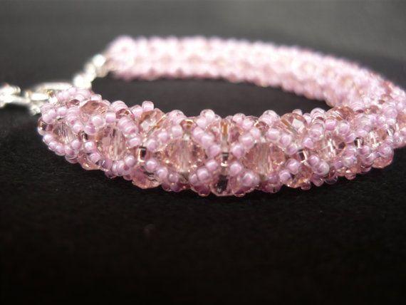 Braccialetto lavorato con swarovski rosa e roccaille di BunnyJewel