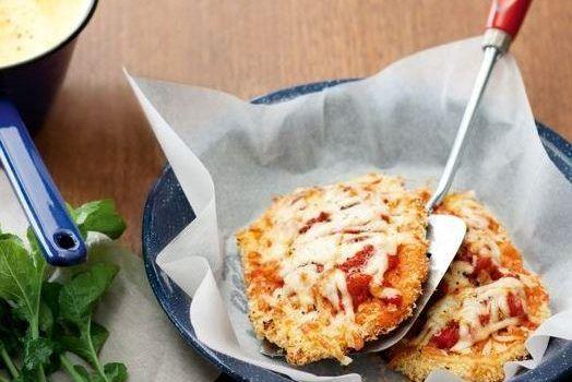 Χοιρινά σνίτσελ με σάλτσα ντομάτας και μοτσαρέλα, με πουρέ