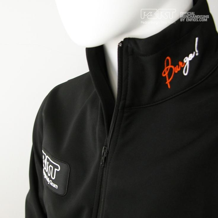 La chaqueta lleva bordado en el lado derecho del pecho un parche bordado de PBRT en color blanco y negro. En el cuello en la parte izquierda Burgo! en naranja y blanco respectivamente. En la parte de abajo de la espalda PBRT y Pedro Burgo Rally Team en blanco.