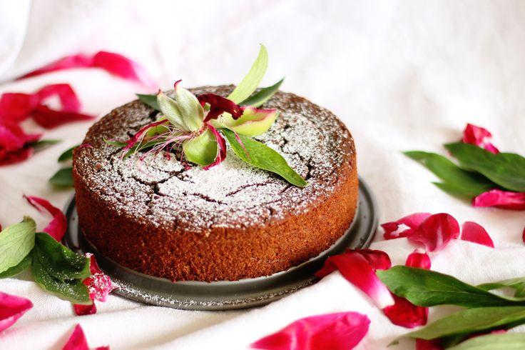 Jednoduchý kakaový koláč s avokádom, s ktorým naozaj nič nepokazíte. Rýchly kakaový koláč bez mlieka, bez vajec, proste vegan kakaový koláč.