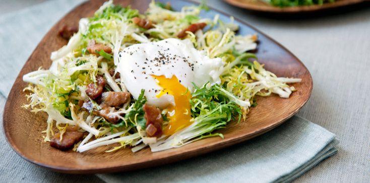 «Лионез» — одно из самых популярных блюд французской кухни. В основе салата лежит всего три ингредиента — салат фризе, бекон и яйцо пашот, заправленные соусом винегрет. Прямо сейчас научим вас готовить «Лионез» всего за 15 минут.