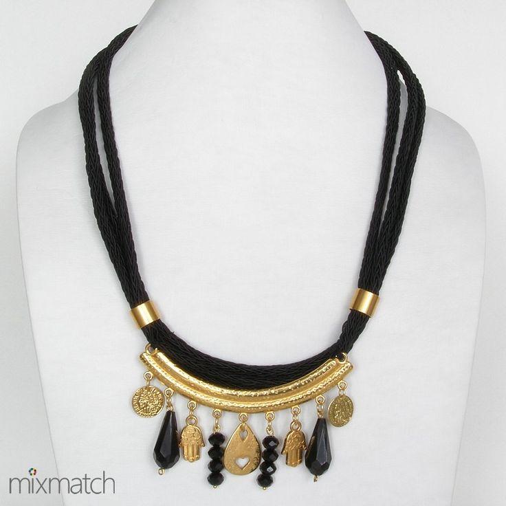 Κολιέ από τριπλό πλεχτό μαύρο κορδόνι με μεταλλικά στοιχεία σε χρυσό χρώμα και μαύρες χάντρες.