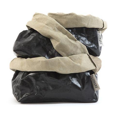 """Kraftig, meget lækker og MASKULIN opbevarings/brødpose fra de 4 Toskanske søstre UASHMAMA Den velkendte italienske taskekvalitet fornægter sig ikke i denne skønne pose af papir. Papiret """"dyrkes"""" i Italien til formålet og undergår herefter en behandling, som minder om lædergarvning. Finishen fremstår helt unik, blød og eftergivelig, som en blanding af ruskind og læder. Bliver kun bedre af brug. Udvendig er posen  dekoreret med et usædvanligt og dekorativt sortmetaliclaminat. Lavinia Interiør"""