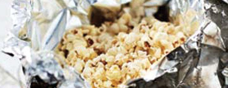 koken op camping: Popcornpakketjes boven het kampvuur