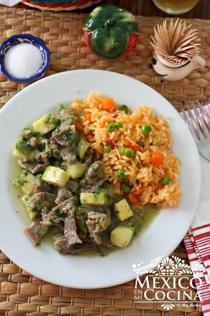Steaks in Green Sauce (Bistek en Salsa Verde) Steak Recipes, Raw Food Recipes, Gourmet Recipes, Mexican Food Recipes, Healthy Recipes, Ethnic Recipes, Mexican Dishes, Bistek Recipe, Salsa Verde Recipe
