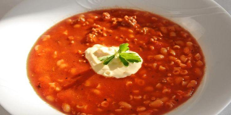 Tomatsuppe med kjøttdeig og crème fraîche - Denne tomatsuppeoppskriften er enkel og super. Kjøttdeigen gjør at den metter litt ekstra.
