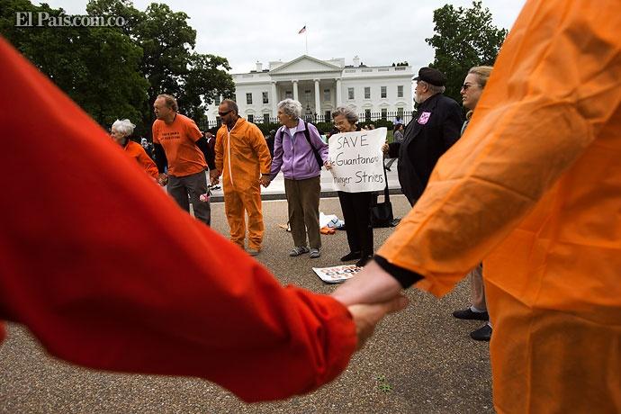 Varias personas rezan frente a la Casa Blanca, en Washington (EE.UU.) para pedir el cierre de la prision militar de Guantanamo, en Cuba.