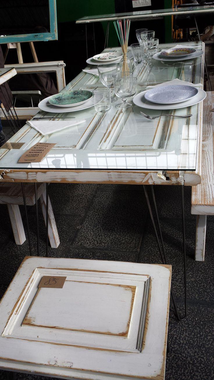 Ejemplos de reciclaje y recuperación de objetos en el puesto de Mandra Design