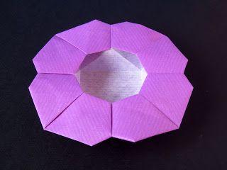Scatola a fiore - Flower Box. Origami from one uncut square. Designed and folded by Francesco Guarnieri, March 2008. Diagrams: published on Quadrato Magico 95 (CDO, estate / autunno 2009). Instructions, CP: http://guarnieri-origami.blogspot.it/2013/04/scatola-fiore.html