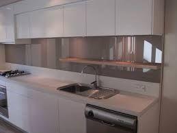 Achterwand Keuken Taupe : Taupe kleurige glazen achterwand in een witte greeploze keuken