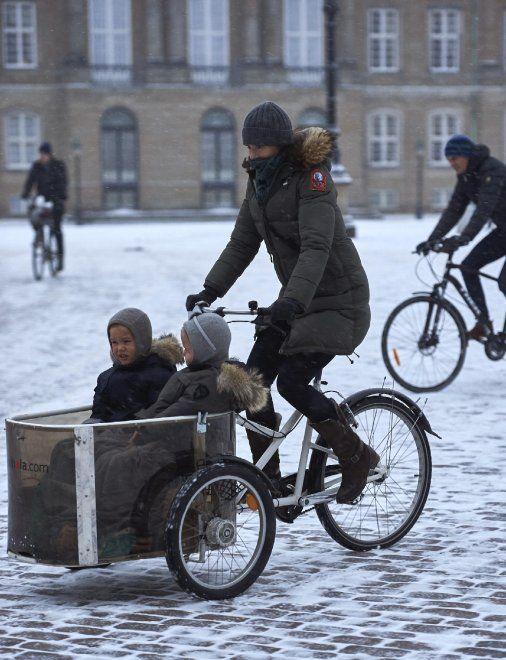 Danimarca, la lezione della principessa Mary: sotto la neve porta i gemelli a scuola in bici