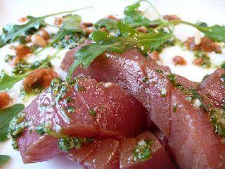 Thon rouge juste mariné au balsamique et teriyaki , salsa à l'anis, pesto de coriandre, roquette et pignons de pin