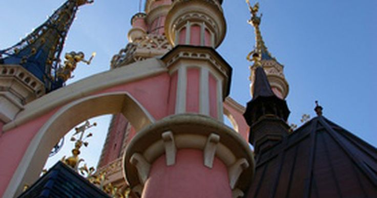Cómo crear un castillo de Disney. Hay cinco diferentes castillos de Disney para elegir a la hora de hacer uno. Hay cuatro castillos de Cenicienta: en Florida, en París, en Tokio y en Hong Kong, y hay un castillo de la Bella Durmiente ubicado en Disneylandia en Anaheim, California. Cada castillo es un poco diferente. Las fotos de cada castillo se pueden encontrar en el blog de ...