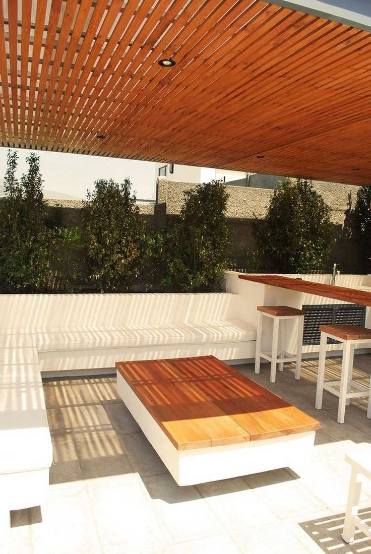protection solaire avec une pergola en bois pour le coin de détene avec un canapé d'angle blanc