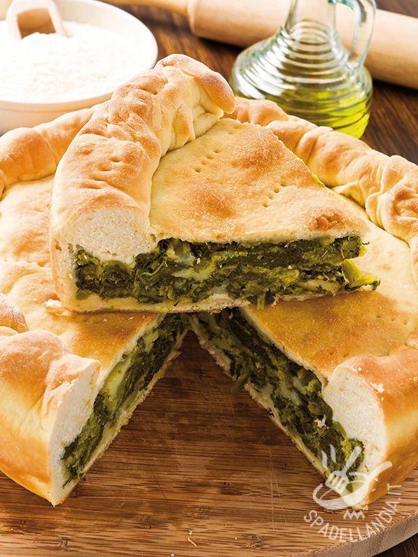 L'Erbazzone, chiamato anche scarpazzone, è una squisita torta salata reggiana a base di scarpasoùn (biete a costa larga).
