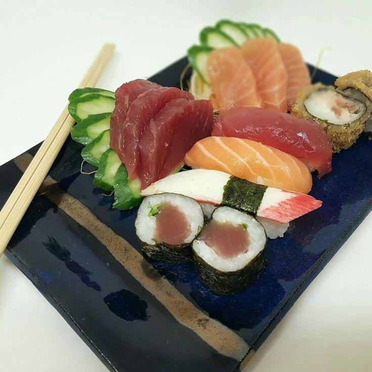 Prato em cerâmica para comida japonesa em azul com detalhe em bronze | Ceramic sushi set in Blue and bronze - SR Cerâmicas