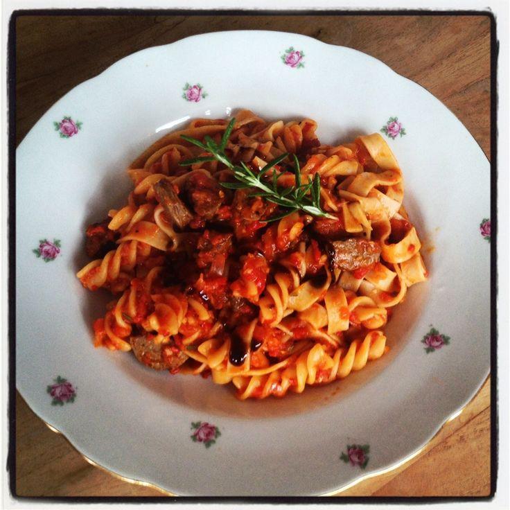 Dit blijft een heerlijk recept, pasta met tomaat- paprikasaus en worstjes. #jum #foodies #jamieoliver #genieten #chicascooking