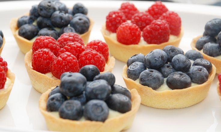 Mini frugttærter med hindbær og blåbær - Opskrift fra Bageglad.dk