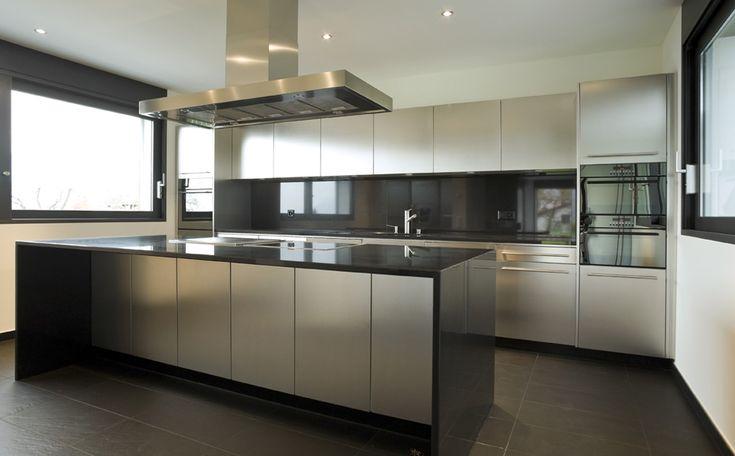 Zwart-Wit interieur met inox keuken